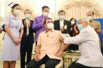 ワクチン接種を受けるタイ首相